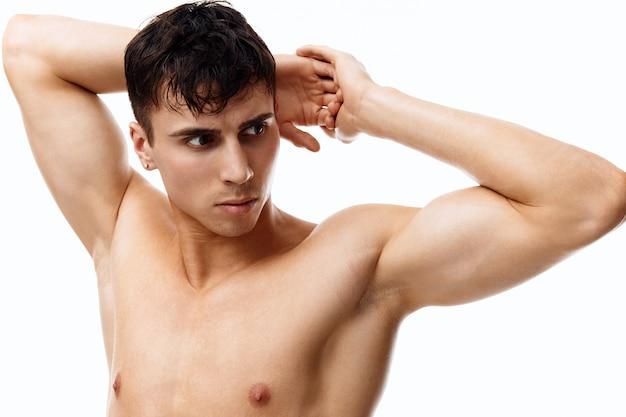 頭の後ろにポンプアップされた筋肉ボディービルダーの手を持つ若いカップル