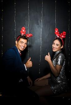 Молодая пара с красными оленьими рогами