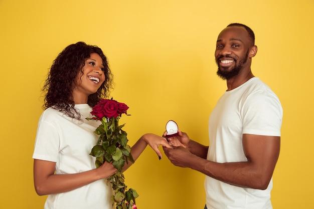 Coppia giovane con rose e fede nuziale
