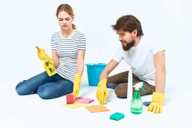 ゴム手袋と掃除用品を持った若いカップル