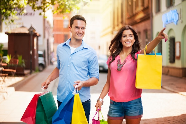 Coppia giovane con la borsa della spesa in città