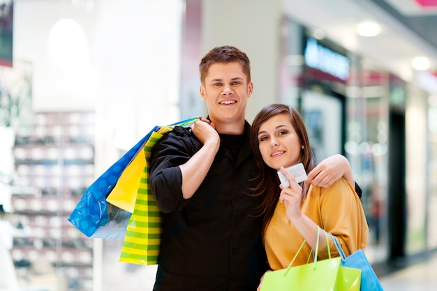 Молодая пара с хозяйственными сумками