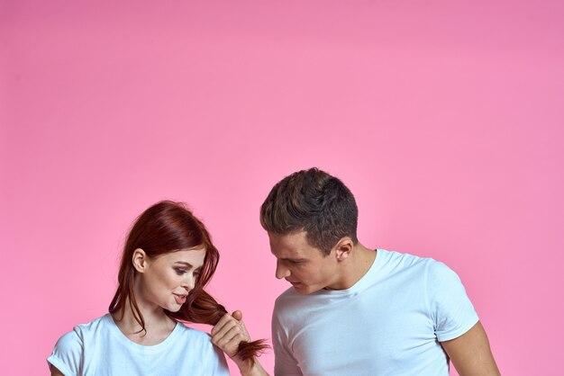 白いtシャツの若いカップルコピースペース