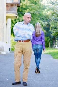 若いカップルの女性と男性