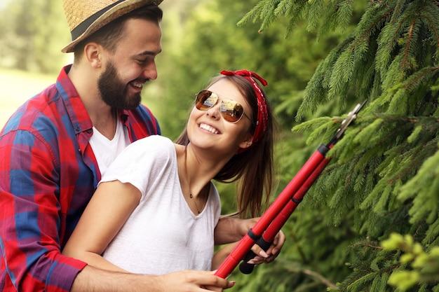 庭で働く若いカップル