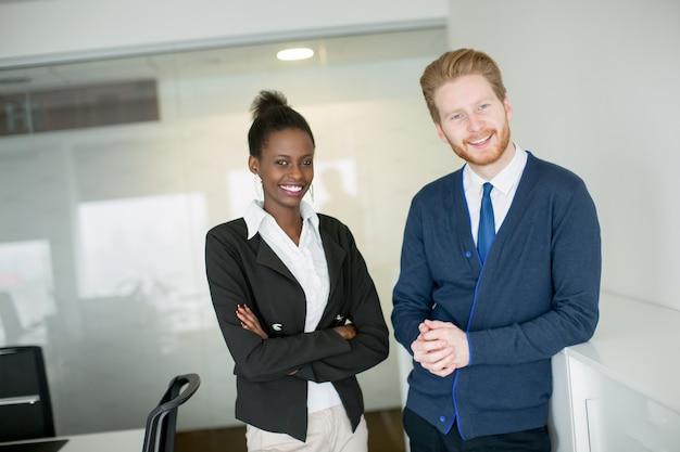 Молодая пара, работающая в офисе
