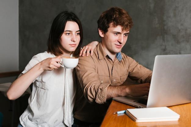 Молодая пара работает на ноутбуке