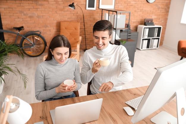 家で一緒に働く若いカップル
