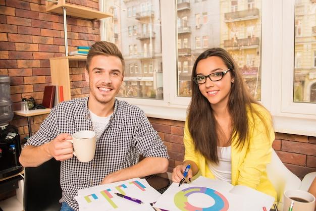 ビジネスプロジェクトで働く若いカップル