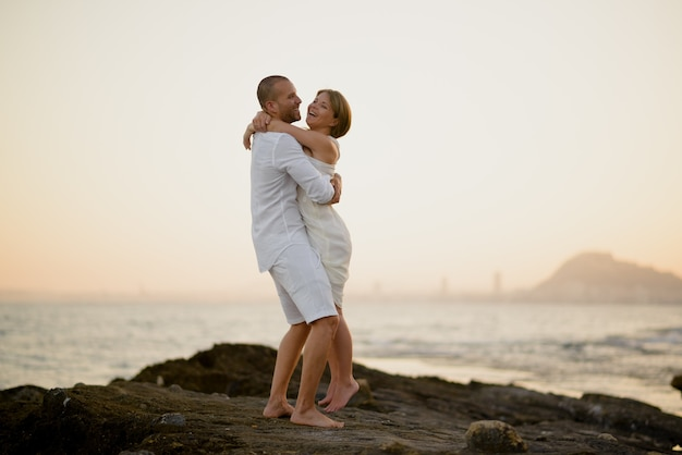 聖バレンタインの日に屋外でロマンチックに抱きしめる若いカップル