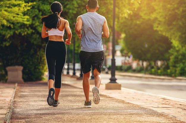 야외 운동 중 공원에서 함께 조깅을 하는 젊은 커플 fit runner 피트니스 주자