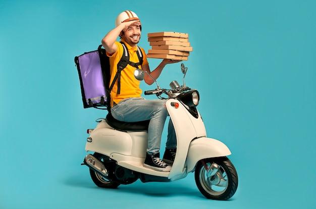 젊은 택배, 고립 된 오토바이에 열 배낭 제복을 입은 피자 배달 남자. 빠른 운송 특급 택배. 온라인 주문.