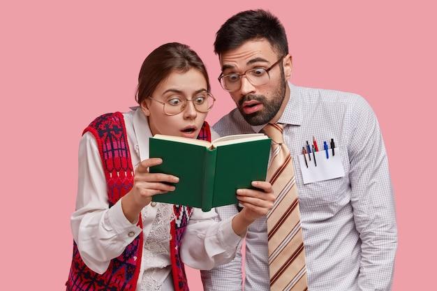Молодые коллеги в формальной одежде