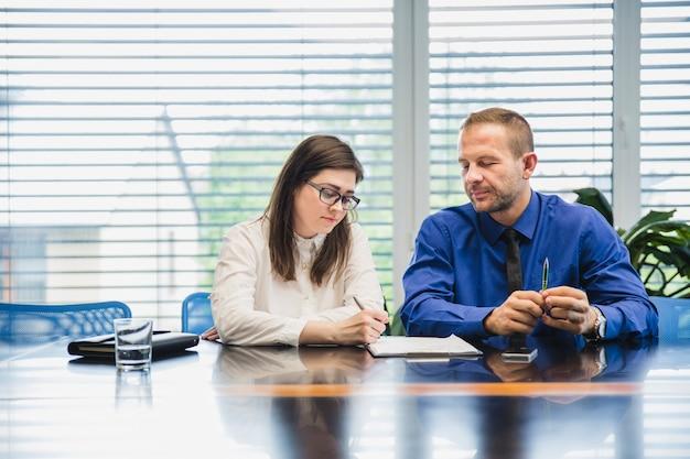 Молодые коллеги с документами за столом