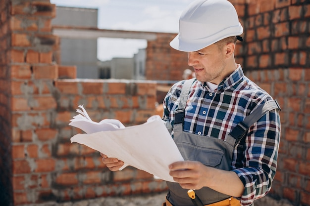 Молодой мастер строит дом