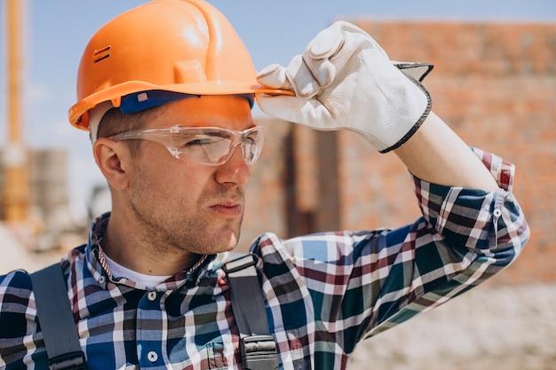 집을 짓는 젊은 장인