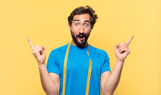 Молодой сумасшедший бородатый спортсмен празднует успешную победу и концепцию диеты