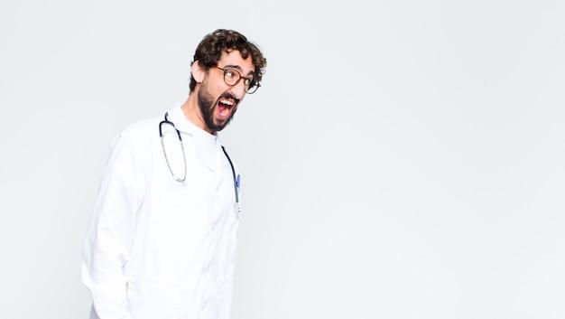 若いクレイジーひげを生やした医者の壁