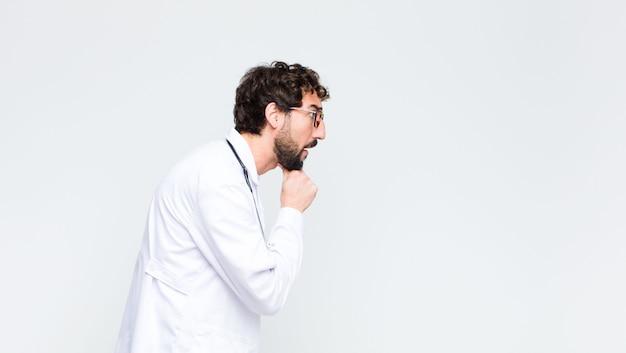 Молодой сумасшедший бородатый доктор человек против копирования космической стены