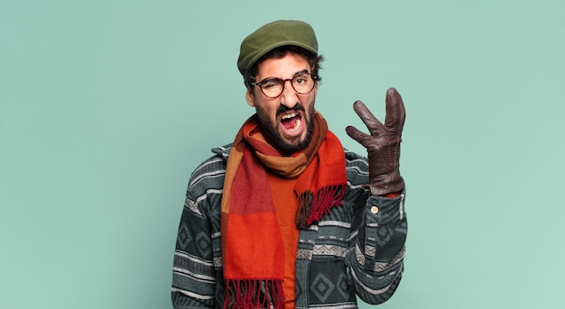 젊은 미친 수염 난 남자와 겨울 옷을 입고