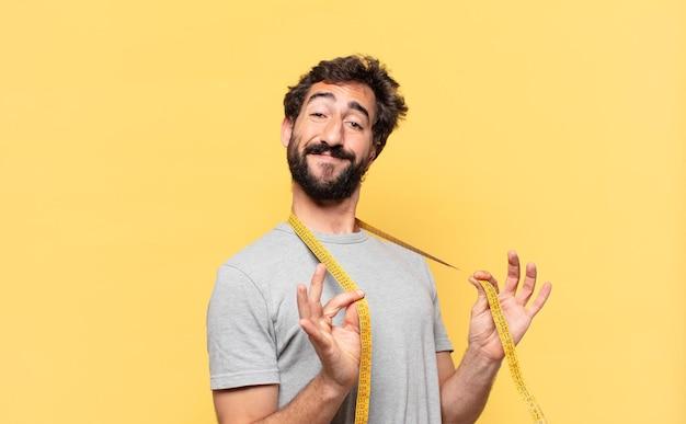 Молодой сумасшедший бородатый мужчина сидит на диете счастливое выражение