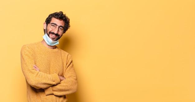 コピースペースで表現する若い狂ったひげを生やした男..covid保護の概念