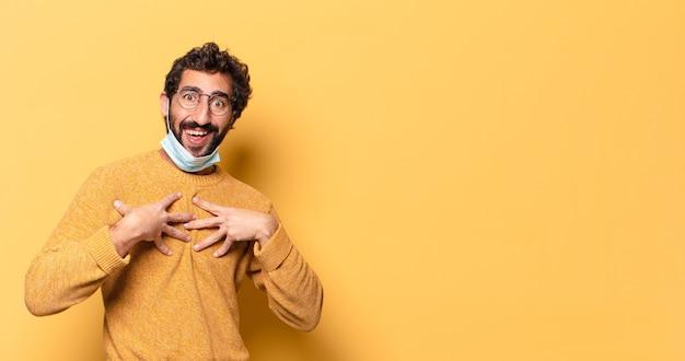 コピースペースで表現する若い狂ったひげを生やした男