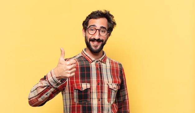 Молодой сумасшедший бородатый мужчина счастливое выражение