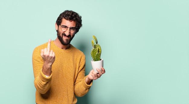 선인장 집 식물을 들고 젊은 미친 수염 된 남자