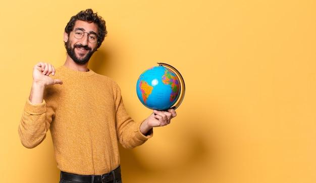 세계 세계지도 들고 젊은 미친 수염 된 남자.