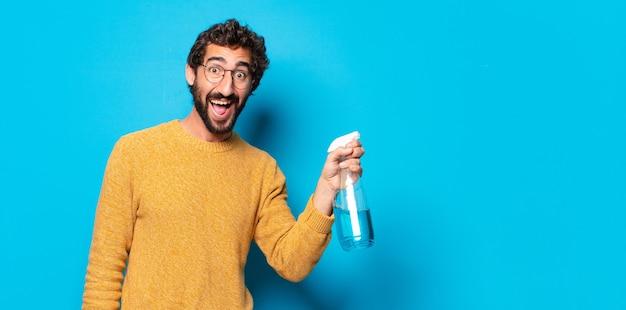 깨끗 한 제품으로 젊은 미친 수염 된 남자 가정부