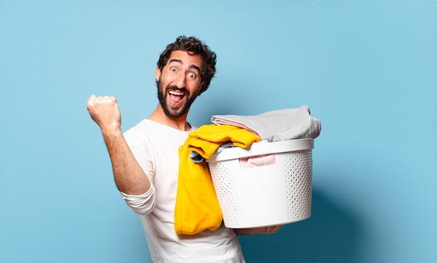젊은 미친 수염 난된 남자 가사 세탁 옷