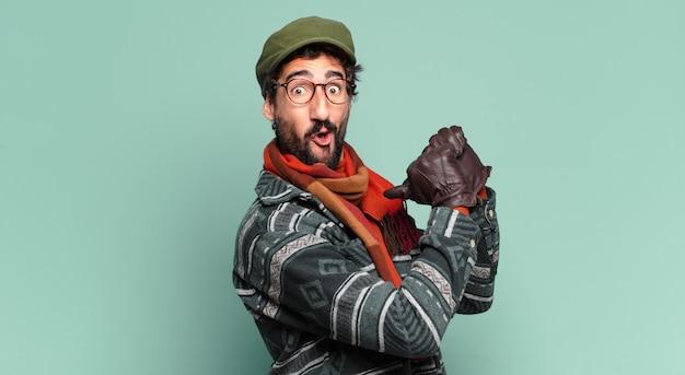 젊고 미친 수염 난 남자 자랑스러운 표정과 겨울 옷을 입고