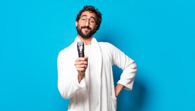 Молодой сумасшедший бородатый мужчина в халате для бритья