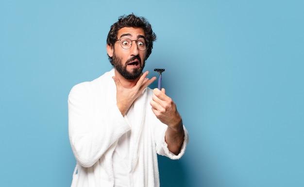 Молодой сумасшедший бородатый мужчина в халате