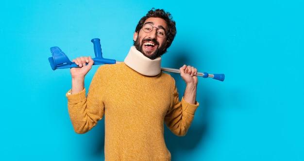 痛みに苦しんでいる若い狂ったひげを生やした男。事故の概念