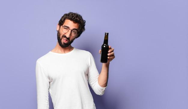 맥주와 함께 젊은 미친 수염 된 남자