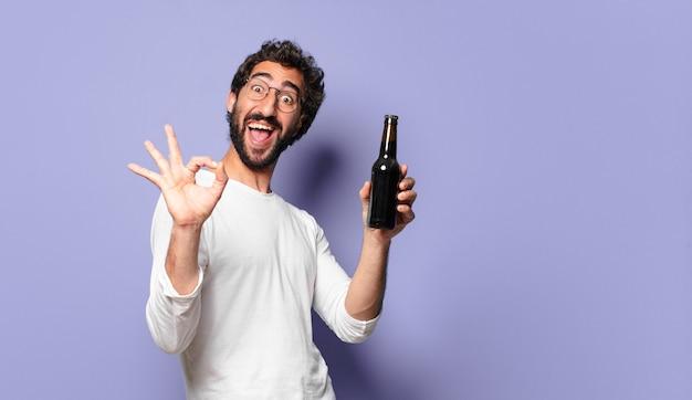 Молодой сумасшедший бородатый мужчина с пивом