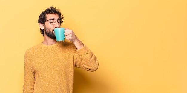 커피 한잔과 함께 젊은 미친 수염 된 남자