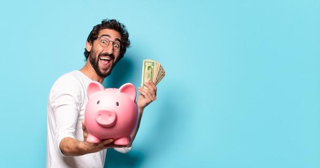 貯金箱を持つ若い狂ったひげを生やした男