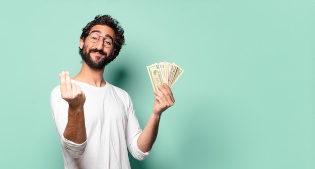 달러 지폐와 젊은 미친 수염 된 남자