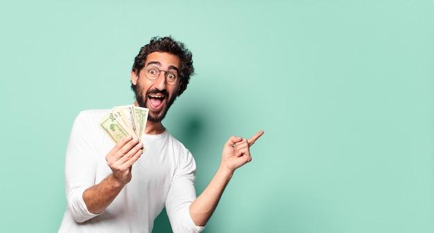 달러 지폐와 젊은 미친 수염된 남자