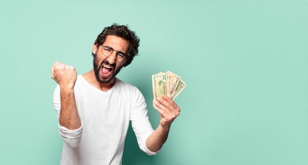 Молодой сумасшедший бородатый мужчина с долларовыми банкнотами