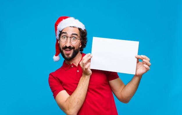 산타 모자와 젊은 미친 수염 된 남자. 크리스마스 컨셉