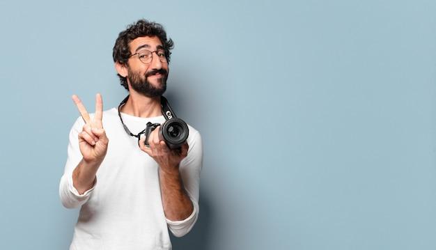 젊은 미친 수염 된 사진 작가 남자