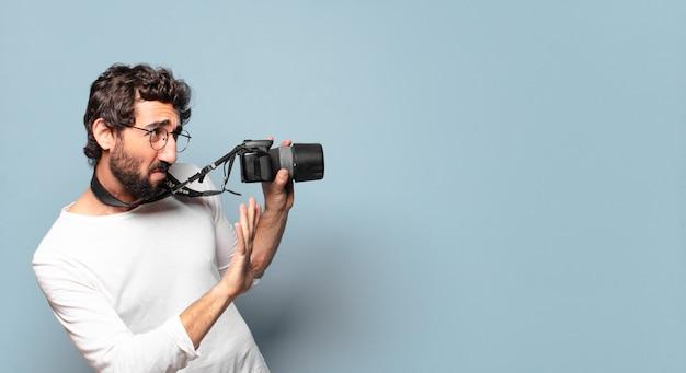 若い狂ったひげを生やした写真家の男