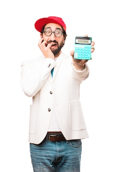 Молодой сумасшедший бизнесмен с калькулятором
