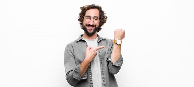 白い壁に彼の時計を示すクレイジークールな若者