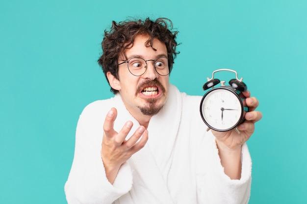 알람 시계와 함께 젊은 미친 남자