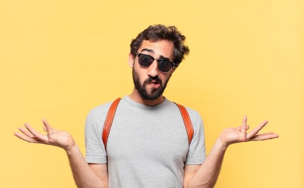 젊은 미친 여행자 남자 의심 또는 불확실한 표현